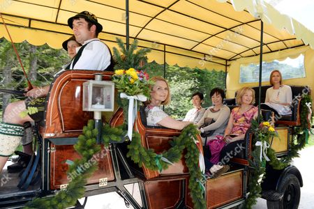 (l-r) Malgorzata Tusk Wife of Eu Council President Donald Tusk a Japanese Interpreter Akie Abe Wife of Japanese Prime Minister Shinzo Abe Laureen Harper Wife of Canadian Prime Minister Stephen Harper Are Driven in a Coach Through the Bavarian Landscape Around Schloss Elmau in Garmisch-partenkirchen Germany 07 June 2015 Leaders From the United States Britain France Germany Italy Canada and Japan - the Seven Leading Industrialized Nations (g7) - Meet to Discuss the Global Economy As Well As Foreign Security and Development Policy at Elmau Castle Bavaria on 07 and 08 June As the Climax of Germany's Presidency of the G7 Germany Garmisch-partenkirchen
