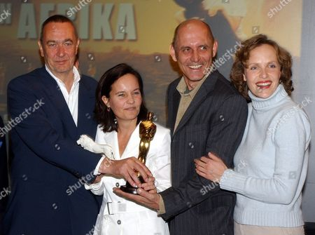 Munich Germany : German Film Director Caroline Link (2nd L) Whose Latest Film Nowhere in Africa Won an Oscar Poses with a Trophy in Munich on Tuesday 08 April 2003 During a Joint Celebration with Co-producer Bend Eichinger (l) Producer Peter Herrmann (2nd R) and Actress Juliane Koehler Link Could not Go to Los Angeles to Accept the Oscar in Person As Her Baby Daughter was Ill at the Time