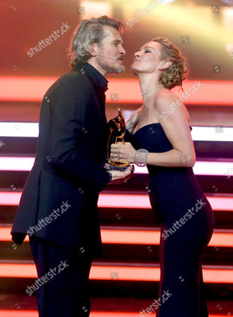 Us Actress Uma Thurman (r) Receives a Bambi Prize in the Category 'International Actress' From German Actor Goetz Otto During the Bambi Awards Ceremony at the Stage Theater on Potsdamer Platz Ináberlin Germany 13 November 2014 the Bambi Prize Celebrates Its 66th Anniversary Germany Berlin