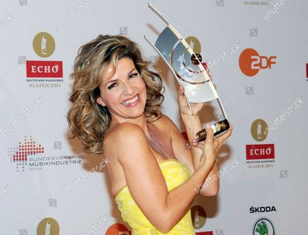 German Violonist Anne-sophie Mutter Poses with Her Award in the Category Best Concert Recording of the Year (music 19th Century) at the 'Echo Klassik' Classical Music Award Ceremony in Munich ágermany 26 October 2014 Germany Munich