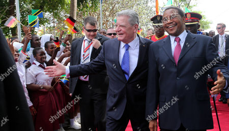 German President Joachim Gauck (c) is Welcomed by the Public and the President Jakaya Mrisho Kikwete (r) in Dar Es Salaam Tanzania 03 February 2015 the German Head of State is on a Five Day Trip in Tanzania Tanzania, United Republic of Dar Es Salaam