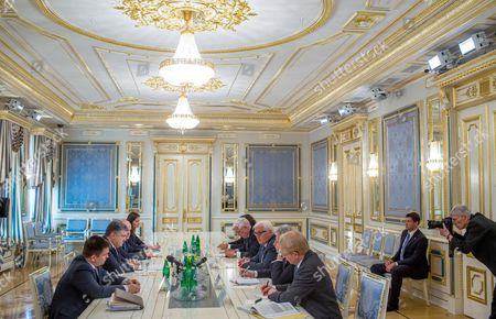 German Foreign Minister Frank-walter Steinmeier (3-r) Meets with Ukranian President Petro Poroschenko (2-l) in Kiev Ukraine 29 May 2015 Ukraine Kiev