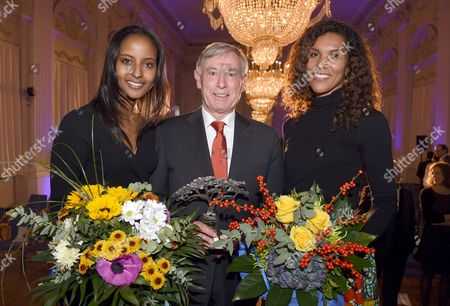 The Award-winner Former German President Horst Koehler Poses with the Award Next to the Hostesses Sara Nuru (l) and Araba Pilic From the Aid Project in Ethiopia 'Menschen Fuer Menschen' in Munich Germany 12 November 2016 For Their 35th Anniversary the Ethiopia Aid Project Awarded the Karlheinz Boehm Award Named After the Founder For the First Time and Now Wants to Honor a Person Especially Committed to Africa Every Two Years Germany Munich