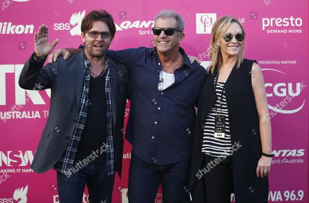 Us Actor Mel Gibson (c) Poses For Photographers with John Polson (l) Founder of Tropfest and New Zealand Actress Rebecca Gibney Before the Start of the Tropfest Short Film Festival in Centennial Park in Sydney Australia 14 February 2016 Australia Sydney