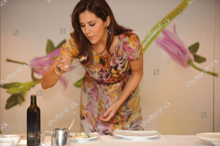 Crown Princess Mary of Denmark is Given a Cooking Demonstration by Danish Chef Rasmus Kofoed at a Hotel in Sydney Australia 21 November 2011 the Danish Royal Couple is Leading a Business Delegation Investigating Green Energy Sustainable Living and Food Technologies in a Bid to Enhance Trade and Investment Ties Australia Sydney