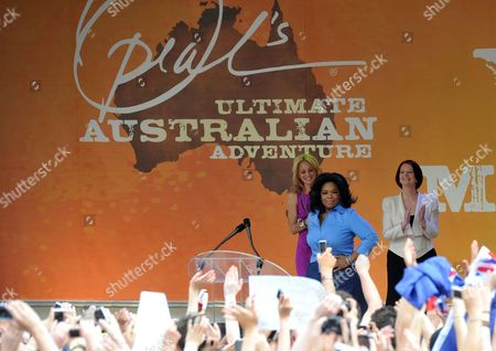 Us Talk Show Host Oprah Winfrey (2r) Prepares to Speak As Australian Prime Minister Julia Gillard (r) and Tv Presenter Carrie Bickmore (3r) Look on During an Appearance at Federation Square in Melbourne Australia 10 December 2010 Winfrey is Currently Touring Her Show in Australia Australia Melbourne