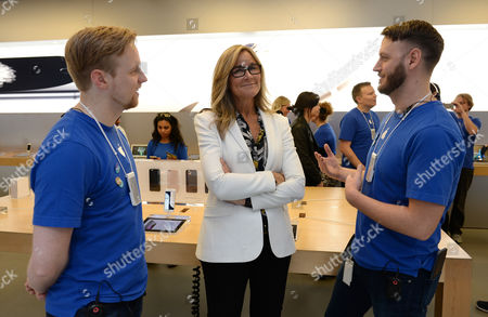 Us Businesswoman Angela Ahrendts (c) Senior Vice President of Retail and Online Stores For Apple Speaks with Retail Team Members David Macpherson (l) and Kristian Oberekar As the New Iphone 6 and Iphone 6 Plus Models Go on Sale at the Apple Store in Sydney Australia 19 September 2014 Australian Customers Are Some of the First in the World to Purchase the Newest Versions of Apple's Iphone Australia Sydney