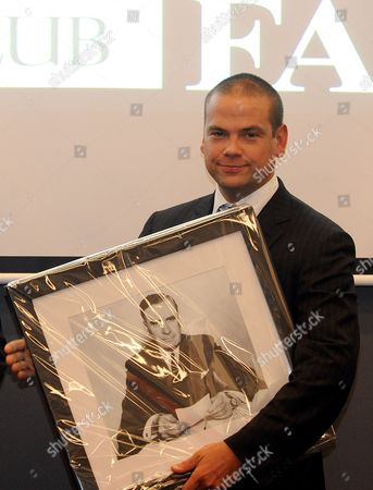 Lachlan Murdoch is Presented with a Picture After a Speech at the Melbourne Press Club where His Grand-father Australian Journalist Sir Keith Murdoch (1885 1952) was Inducted was Inducted Into the Victorian Media Hall of Fame Australia 06 December 2012 on 05 December Dame Elizabeth Murdoch Wife of the Late Sir Keith Died at Her Home Aged 103 Australia Melbourne