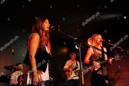 Australian Country Singers Kasey Chambers (l) and Ashleigh Dallas Perform at the Pub During the Tamworth Country Music Festival in Tamworth Australia 23 January 2012 the Year 2012 Marks the 40th Anniversary of the Iconic Festival Australia Tamworth