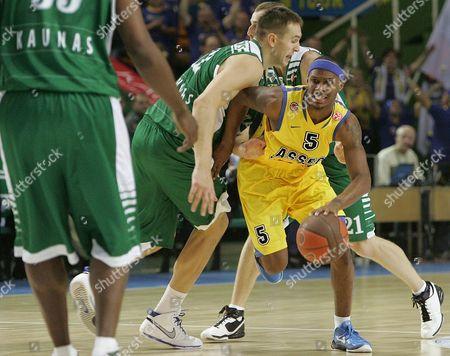 Daniel Ewing (r) of Asseco Prokom Attacks During Euroleague Basketball Game Between Kaunas Zalgiris and Asseco Prokom in Kaunas Lithuania 03 November 2010 Lithuania Kaunas