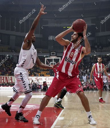 Olympiacos' Stratos Perpeloglou (r) Challenges with Daniel Ewing (l) During the Euroleague Top 16 Basketball Match Between Olympiacos Piraeus and Besiktas at the 'Peace and Friendship' Stadium in Piraeus Greece 04 January 2013 Greece Athens