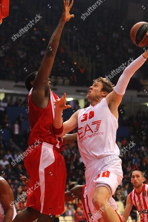 C J Wallace (r) of Armani Milano Goes For the Basket Against Bryant Dunston (l) of Olympiacos Piraeus During the Basketball Euroleague Top 16 Match Between Olympiacos Piraeus and Armani Milano at the Sef Indoor Arena in Piraeus Greece 06 March 2014 Greece Piraeus