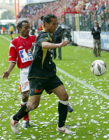 Standard's Carlos Souza Wamberto (l) and Lierse's Daniel Cruz (r) Fight For the Ball During the Belgian First Division League Soccer Match Standard Vs Lierse Saturday 06 August 2005 Standard Won 3-1 Belgium Liege