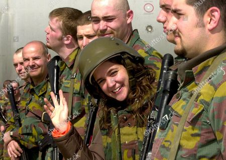 Bru112 - 20030307 - Kabul Afghanistan: Singer Melanie (c) Greets the Belgian Soldiers at the End of the Visit of Belgian Defence Minister Andre Flahaut to the Belgian Soldiers of the International Security Assistance Force (isaf) in Kabul Afghanistan Friday 07 March 2003 Epa Photo Belga/ Benoit Doppagne Afghanistan Kabul