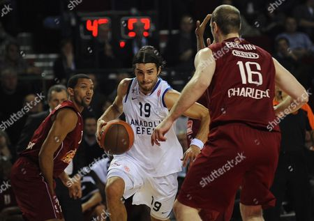 Anadolu Efes' Sasha Vujacic (c) Vies For the Ball with Charleroi's Christophe Beghin (r) During the Euroleague Group C Basketball Match Between Spirou Charleroi and Anadolu Efes Istanbul in Charleroi Belgium 30 November 2011 Belgium Charleroi