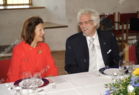 Queen Silvia of Sweden (l) and Dr Pentti Arajarvi Husband of Tarja Halonen (not Pictured) President of Finland (r) During a Meal at the Turku Castle in Turku Finland 25 August 2009 Finland Turku
