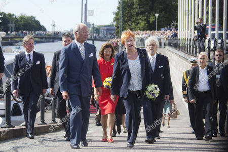 King Carl Xvi Gustaf (l) and Queen Silvia (2-l) of Sweden Arrive with Finland's President Tarja Halonen (2-r) and Her Husband Dr Pentti Arajarvi (r) For a Visit of the Turku Castle in Turku Finland 25 August 2009 Finland Turku