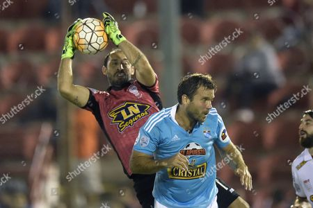 Sporting Cristal's Renzo Revoredo (r) Fights For the Ball with Huracan's Goalkeeper Marcos Diaz (l) During Their Copa Libertadores Match in Buenos Aires Argentina 05 April 2016 Argentina Buenos Aires