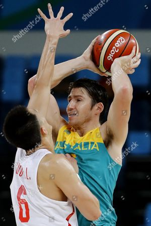 Damian Martin of Australia (r) and Ailun Guo of China (l) in Action During the Men's Preliminary Group a Basketball Game Between China and Australia of the Rio 2016 Olympic Games at the Carioca Arena 1 in the Olympic Park in Rio De Janeiro Brazil 12 August 2016 Brazil Rio De Janeiro