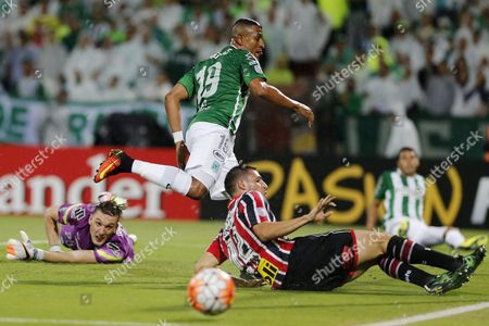 Sao Paulo's Jonathan Calleri (r) Vies For the Ball Against Farid Diaz (c) of Atletico Nacional During the Second Game of the Semifinal of the Copa Libertadores 2016 Soccer Tournament at the Atanasio Girardot Stadium in Medellin Colombia 13 July 2016 Colombia Medellin
