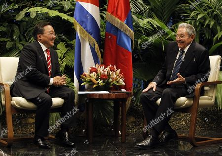 Cuban President Raul Castro (r) Speaks with President of Mongolia Tsakhiagiin Elbegdorj (l) During Their Meeting at the Headquarters of the State Council in Havana Cuba 15 September 2016 Cuba Havana