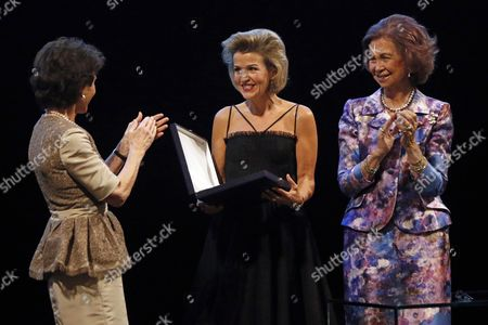 German Violinist Anne-sophie Mutter (c) Smiles After Receiving the Yehudi Menuhin Award From Spanish Queen Sof?a (r) at Royal Theatre in Madrid Spain 19 June 2016 Spain Madrid