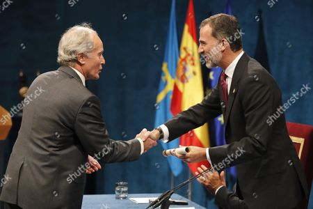 Spain's King Felipe Vi (r) Presents the 2016 Princess of Asturias Award of Literature to Us Writer Richard Ford During the 36th Edition of the Princess of Asturias Awards Handover Ceremony at the Campoamor Theatre in Oviedo Province of Asturias Spain 21 October 2016 Spain Oviedo