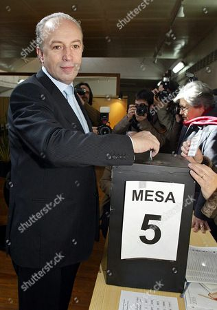Caretaker Prime Minister Pedro Santana Lopes Casts His Vote in Lisbon on Sunday 20 February 2005 Portuguese Voters Went to Polls Sunday in an Election Expected to Usher in a Socialist Government and the Countrys Fourth Prime Minister in Four Years New Socialist Leader Jose Socrates 47 was Expected to Score a Clear Victory Against Conservative Caretaker Prime Minister Pedro Santana Lopes 48 Portugal Lisbon