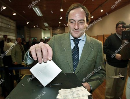 Ac01:20050220:lisbon Portugal:portuguese Defence Minister and Popular Party President Paulo Portas Casts His Ballot in Lisbon on Sunday 20 February 2005 Portuguese Voters Went to Polls Sunday in an Election Expected to Usher in a Socialist Government and the Countrys Fourth Prime Minister in Four Years New Socialist Leader Jose Socrates 47 was Expected to Score a Clear Victory Against Conservative Caretaker Prime Minister Pedro Santana Lopes 48 Portugal Lisbon