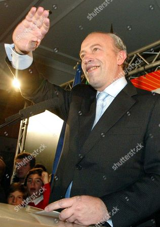 Social Democratic Party Leader and Resigning Prime Minister Pedro Santana Lopes Waves to Supporters Prior to a Press Conference After the Party Took 28 69 Percent in the General Elections 20 February 2005 Portugals Early Parliamentary Elections Saw the Opposition Socialists (ps) Capture an Absolute Majority According to Preliminary Official Results Issued Early Monday Portugal Lisbon