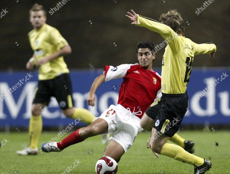 Sporting Braga's Ricardo Chaves (l) Fights For the Ball with Singler of Slovan Liberec During Their Uefa Cup Second Round Soccer Match at the Municipal Stadium in Braga Portugal Thursday 02 November 2006 Portugal Braga
