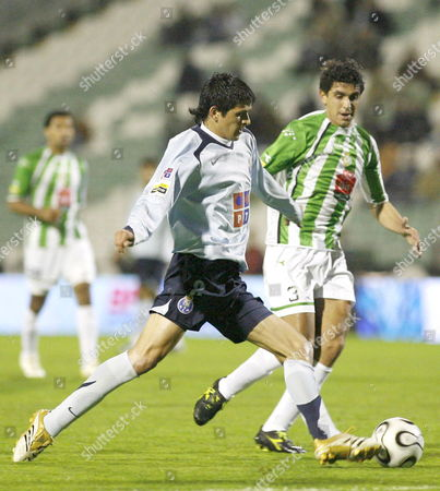 Fc Porto Player Lucho Goncalez (l) Fights For the Ball with V Setubal Player Ricardo Chaves (r) During Their Portuguese Soccer League Match Friday 10 March 2006 at Bonfim Stadium in Setubal Near Lisbon Portugal Setubal