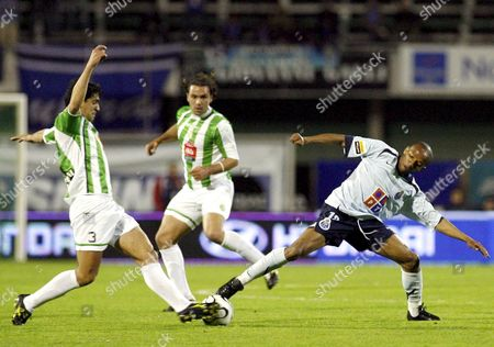 Fc Porto Player Paulo Assuncao (r) Fights For the Ball with V Setubal Player Ricardo Chaves (l) During Their Portuguese Soccer League Match Friday 10 March 2006 at Bonfim Stadium in Setubal Near Lisbon Portugal Setubal
