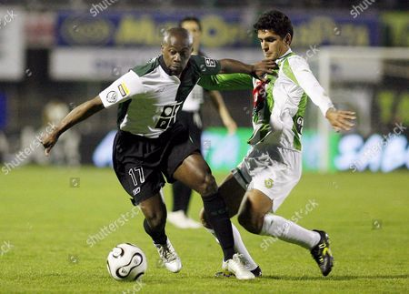 Sporting's Douala (l) Fights For the Ball with Ricardo Chaves of V Setubal During Their Portuguese Soccer League Match at Bomfim Stadium in Setubal Near Lisbon Sunday 12 February 2006 Portugal Setubal