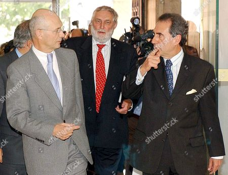 Portuguese Foreign Minister Antonio Monteiro (r) Chats with Eu Agriculture Commissioner Franz Fischler (c) and Eu Trade Commissioner Pascal Lamy (l) Before the Start of the Meeting Between European Union and Mercosul Group in Lisbon Wednesday 20 October 2004 at Portuguese Foreign Ministery in a Last-ditch Effort to Reach a Free-trade Agreement to Create the World's Biggest Free-trade Zone Portugal Lisbon