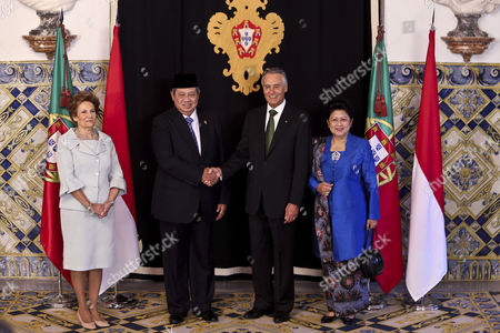 The President of Indonesia Susilo Bambang Yudhoyono (c-l) Shakes Hands with His Counterpart of Portugal Anibal Cavaco Silva (2-r) Accompanied by the Indonesian First Lady Ani Yudhoyono (r) and by Portuguese First Lady Maria Cavaco Silva (l) During a Welcoming Ceremony at Belem Palace in Lisbon Portugal 19 September 2014 the Indonesian President Makes the First Official Visit of an Indonesian Head of State to Portugal Since 1960 Portugal Lisbon