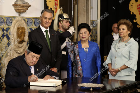 The President of Indonesia Susilo Bambang Yudhoyono (l) Signs the Book of Honor Accompanied by His Counterpart of Portugal Anibal Cavaco Silva (2-l) the Indonesian First Lady Ani Yudhoyono (2-r) and by Portuguese First Lady Maria Cavaco Silva (r) During a Welcoming Ceremony at Belem Palace in Lisbon Portugal 19 September 2014 the Indonesian President Makes the First Official Visit of an Indonesian Head of State to Portugal Since 1960 Portugal Lisbon