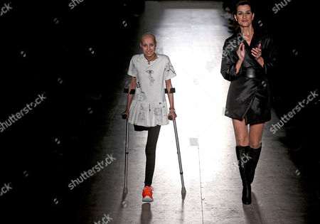 Stock Image of A Young Girl with Cancer Walks on the Runway with Model Sofia Aparicio (r) Presenting a Creation of Portuguese Fashion Designer Filipe Faisca with the Participation of Nine Girls of the Cancer Portuguese Institute at the Moda Lisboa Fashion Week in Lisbon Portugal 15 March 2015 the Event Runs From 13 to 15 March Portugal Lisbon