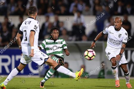 Sporting's Gelson Martins (c) in Action Against Guimaraes' Players Josue Sa (l) and Paolo Hurtado (r) During the Portuguese First League Soccer Match Between Vitoria Guimaraes and Sporting Lisbon at D Afonso Henriques Stadium in Guimaraes Portugal 01 October 2016 Portugal Guimaraes