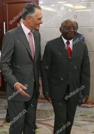 Stock Image of President of the Republic of Portugal Anibal Cavaco Silva (l) Speaks with His Counterpart From Mozambique Armando Guebuza (r) Upon His Arrival For an Official Meeting at the Presidential Palace in Maputo Mozambique 14 January 2015 the Head of the Portuguese State is Visiting Mozambique to Attend the Inauguration of the New President Filipe Nyusi Mozambique Maputo