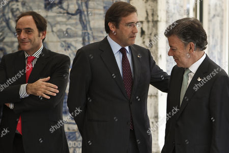 Colombia's President Juan Manuel Santos (r) Accompanied by Portuguese Prime Minister Pedro Passos Coelho (c) and Portuguese Vice Prime Minister Paulo Portas (l) Moments Before a Business Lunch at Belem Palace in Lisbon Portugal 06 November 2014 Juan Manuel Santos is on a Work Visit to Portugal Portugal Lisboa