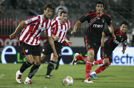 Benfica Player Cardozo (2r) Fights For the Ball with Athletic Bilbao Player Aitor Ocio (l) During Their Guadiana Tournament Soccer Match at Vila Real De Santo Antonio Stadium in Algarve Portugal 16 July 2009 Epa/str Portugal Vila Real De Santo Antonio