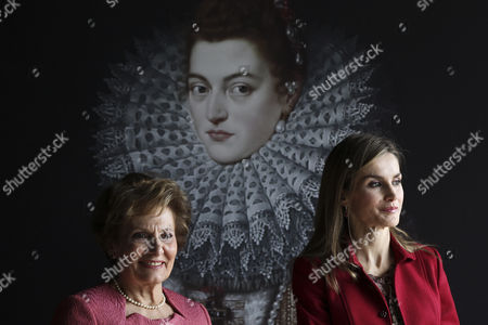 Queen Letizia of Spain (r) Accompanied by Portuguese First Lady Maria Cavaco Silva (l) Visits the Exhibition 'Shared History Treasures of Spain's Royal Palaces' at Calouste Gulbenkian Foundation in Lisbon Portugal 07 November 2014 Portugal Lisbon