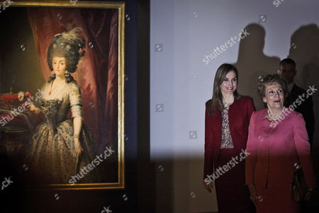 Queen Letizia of Spain (l) Accompanied by Portuguese First Lady Maria Cavaco Silva (r) Visits the Exhibition 'Shared History Treasures of Spain's Royal Palaces' at Calouste Gulbenkian Foundation in Lisbon Portugal 07 November 2014 Portugal Lisbon