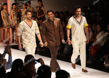 Bollywood Actor Neil Nitin Mukesh (l) Director Madhur Bhandarkar (c) Along with Bollywood Actor Manoj Bajpai Display Creations by Designer Mynah Reynu Tandon During the Wills Lifestyle India Fashion Week Spring/summer 2010 in New Delhi India 27 October 2009 the Event Running Until 28 October is a Platform For Designers to Showcase Their Talents to Both National and International Customers