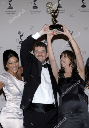Marcos Schechtman (c) and Gloria Perez (r) Both of Brazil Pose with Actress Juliana Paes (l) Also of Brazil After Winning the Emmy For Best Telenovela For 'India - a Love Story' at the 37th International Emmy Awards in New York New York Usa On 23 November 2009