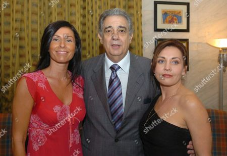 Spanish Star Tenor Placido Domingo (c) is Flanked by Hungarian Sopranos Andrea Rost (r) and Erika Miklosa After Their Press Conference in the Hotel Meridien in Budapest on Tuesday July 26 2005 Domingo is Due to Give a Concert on 29 July and to Record an Album in Budapest Hungary Budapest