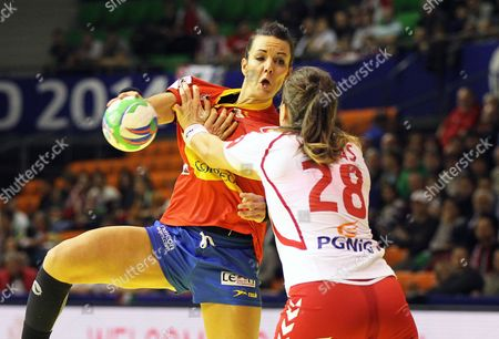 Beatriz Fernandez (l) of Spain in Action Against Alina Wojtas (r) of Poland During the Women's European Championship Group B Handball Match Between Spain and Poland in Gyor Hungary 07 December 2014 Hungary Gyor