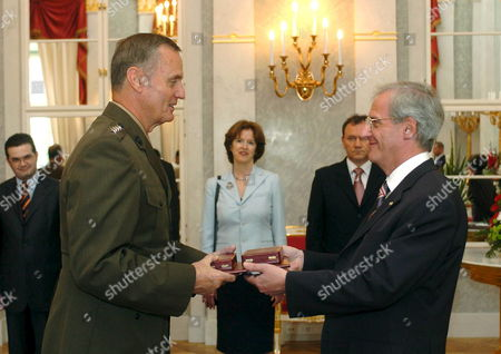 Supreme Allied Commander of Nato in Europe Us General James L Jones (l) Takes Over the Medium Cross of the Order of the Hungarian Republic From Hungarian President Laszlo Solyom (r) in the Presidential Alexander Palace in Budapest Hungary Tuesday 26 September 2006 Hungary Budapest