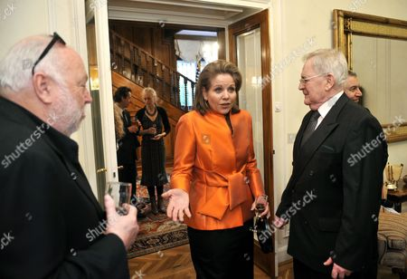 Us Soprano Renee Fleming (c) Talks to Oscar Winning Hungarian Movie Director Istvan Szabo (r) As Hungarian Born Us Film Producer and Hungarian Government Commissioner Andy Vajna (l) Look on During a Reception Given by the Us Ambassador to Hungary to Honour Fleming at the Ambassador's Residence in Budapest Hungary 09 May 2011 Fleming Will Give a Concert in the Hungarian State Opera on 11 May Hungary Budapest